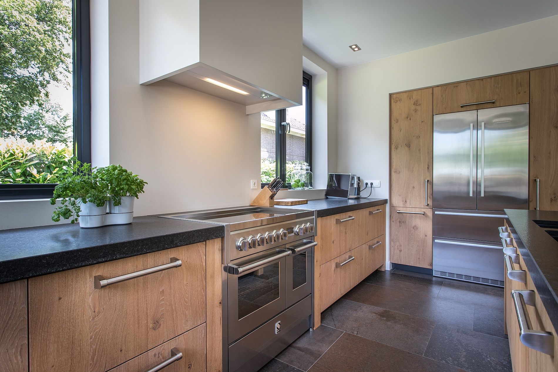 Keuken Zwart Blad : Houten keuken met zwart natuursteen blad en moderne apparatuur