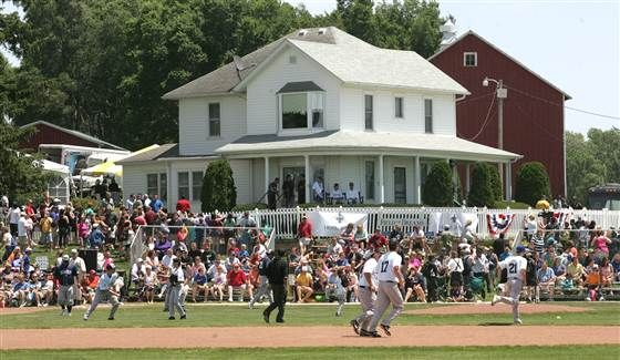 Kevin Costner Returns To Field Of Dreams For Film S 25th Anniversary Field Of Dreams Kevin Costner Weekend Is Over