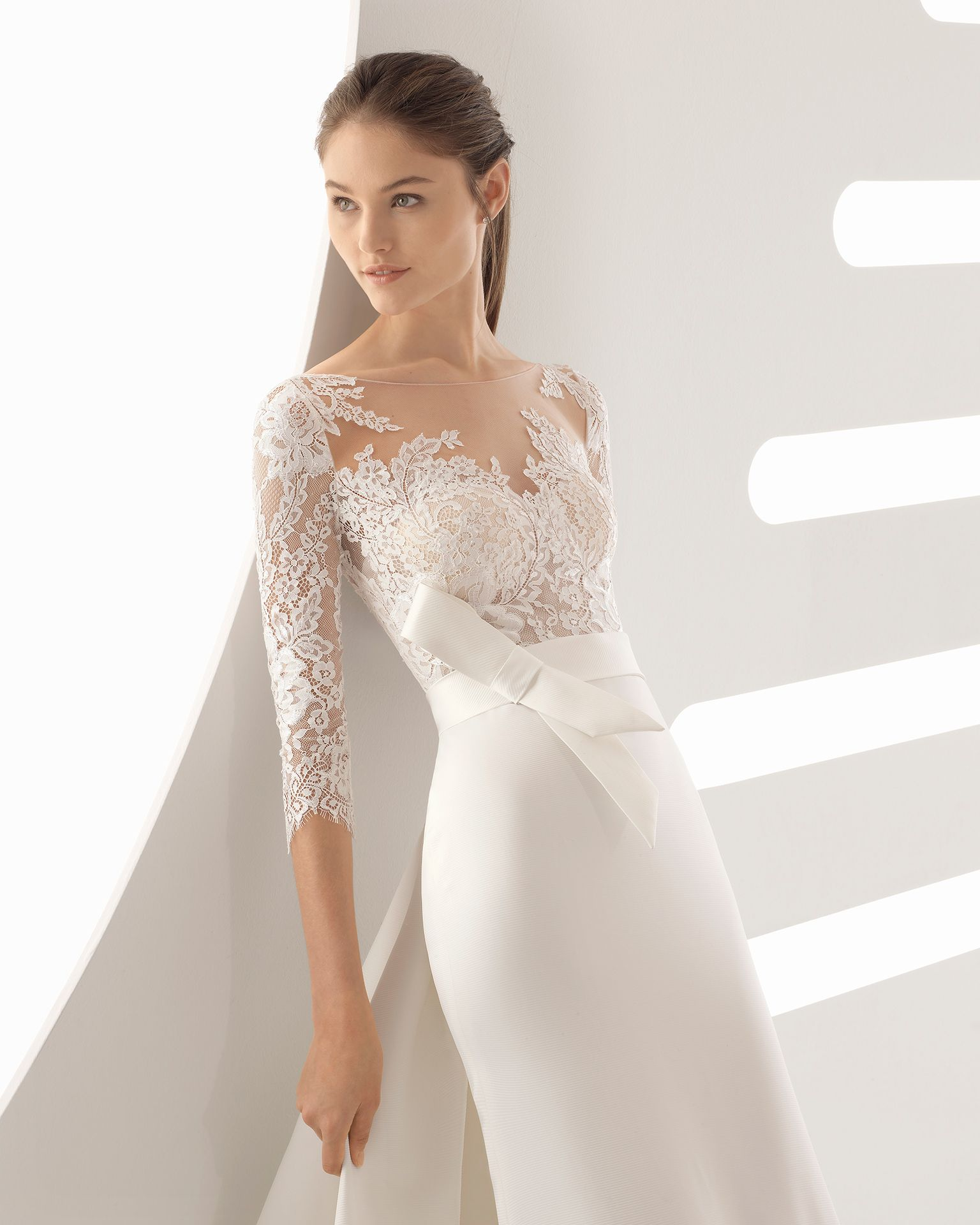 651de7e25924 Abito da sposa taglio sirena in ottomano e pizzo con schiena scollata e  trasparenze. Collezione 2018 Rosa Clará.