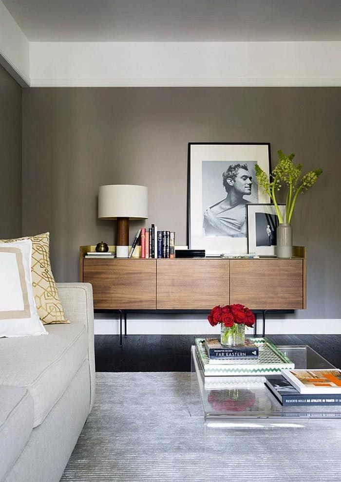 combina gris, madera y fotos en blanco y negro Living comedor