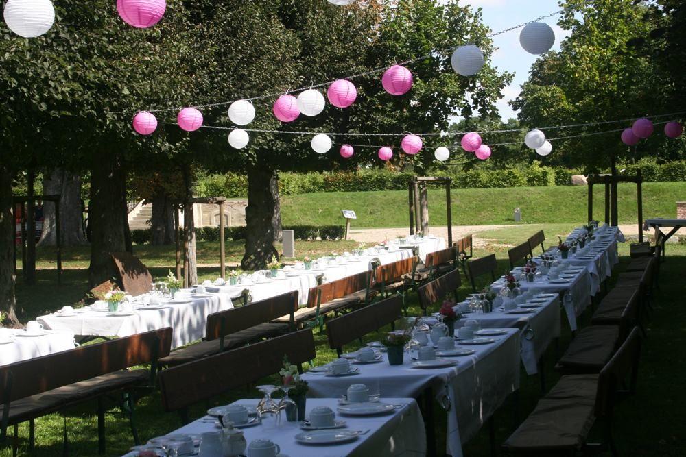 Hochzeitsfeier Im Grunen Kaffeetafel Mit Lampions Im Lindengarten