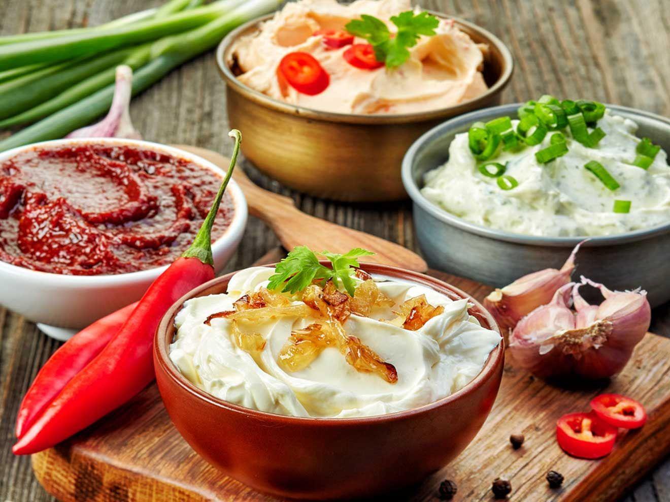 Grillsaucen selbst machen: 5 Dips und Soßen die du zum Grillen mitbringen kannst