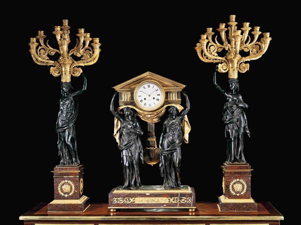 Große Kaminuhrgarnitur Höhe der Uhr 79 cm. Breite 48 cm