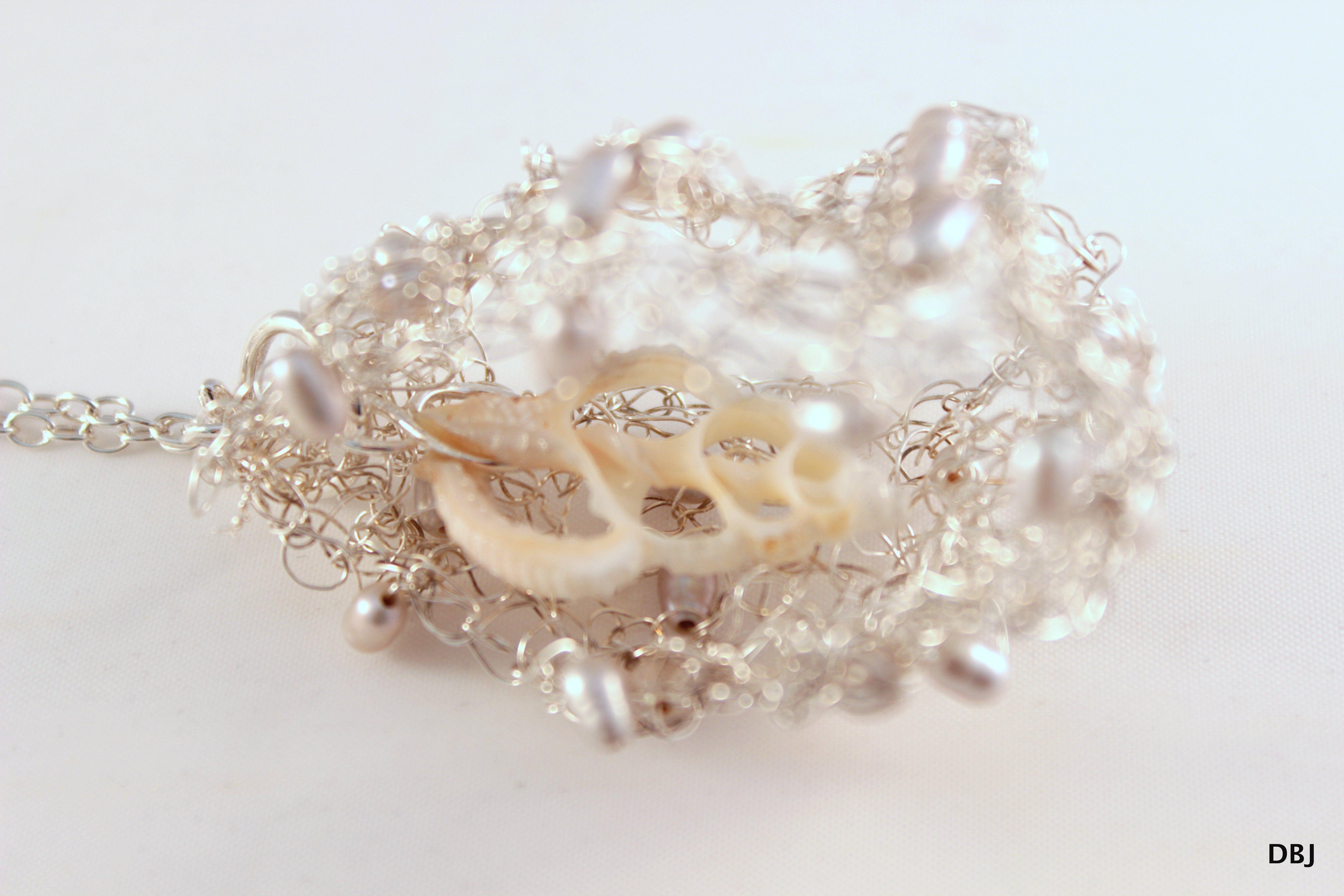 hanger van gehaakt zilverdraad met zoetwaterpareltjes en een schelp - diana buitink jewelry -