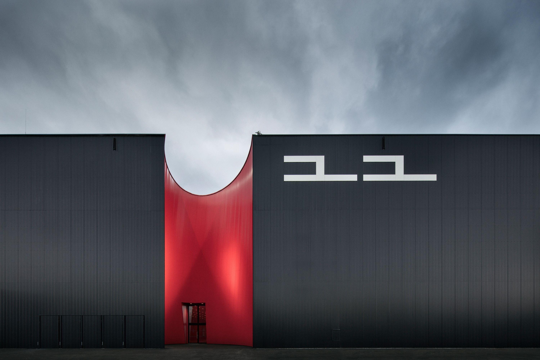 Licht Unterstreicht Expressive Architektur Der Neuen Messe Dornbirn Architektur Minimalistische Architektur Messe