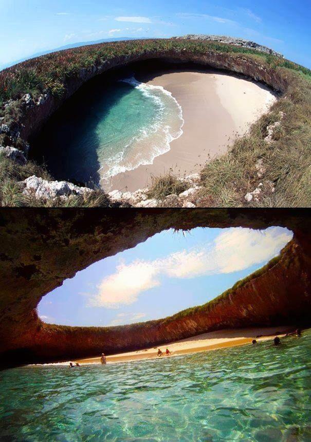 """Conocida como la""""Playa del Amor"""", en las islas Marieta (México) es una playa escondida que puede ser un grato tesoro encontrar. #CosasQueHacerAntesDeMorir tiene que tener bañarse en estas aguas en su lista sí o sí."""