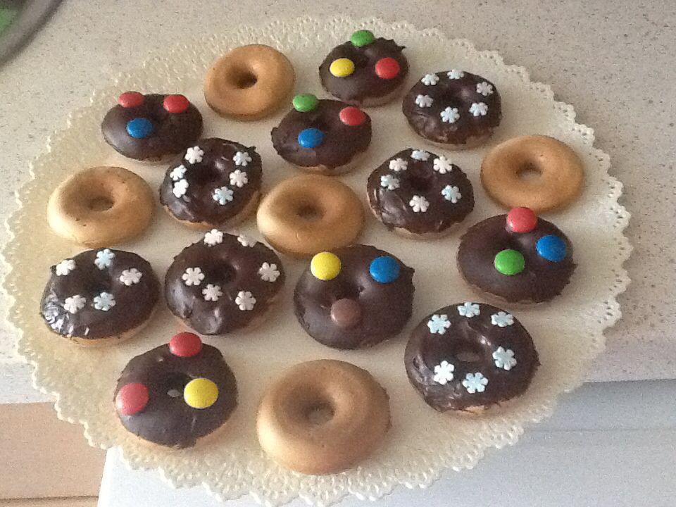 Mini Donuts caseros con cobertura de chocolate y Lacasitos.