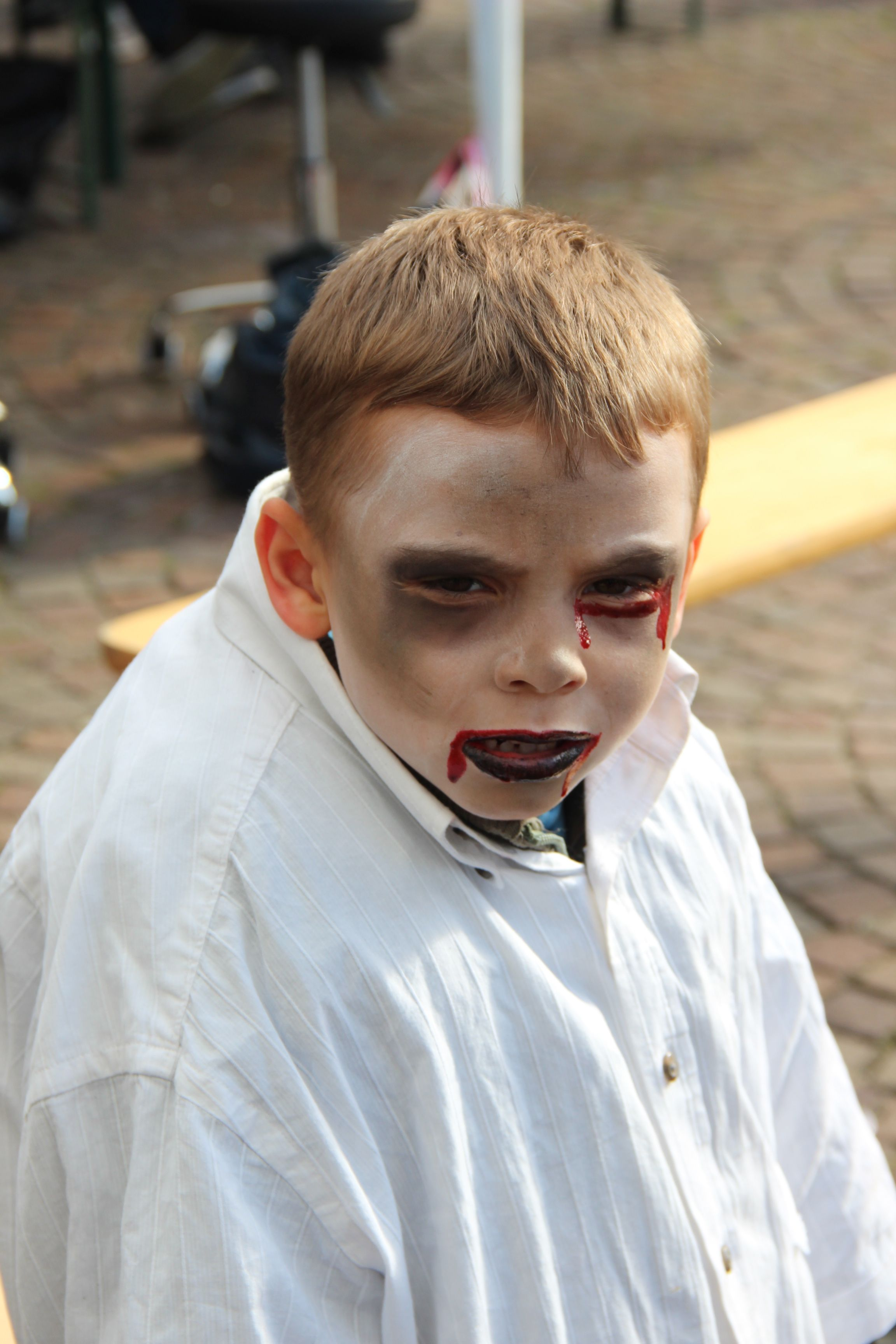 maquillage enfant lors de la zombie walk de lille 2013. Black Bedroom Furniture Sets. Home Design Ideas