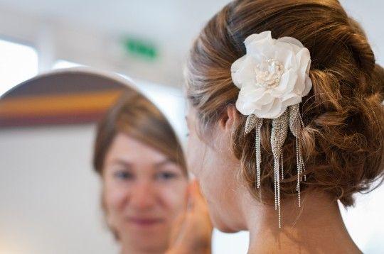 Coiffure Cachant Les Oreilles Et Superbe Ornement De Chignon Accessoires Cheveux Mariage Cheveux Mariage Coiffure