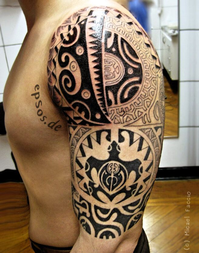 tr s beau motif en maorie en tatouage sur le bras paule homme muscl on maori tattoos and. Black Bedroom Furniture Sets. Home Design Ideas
