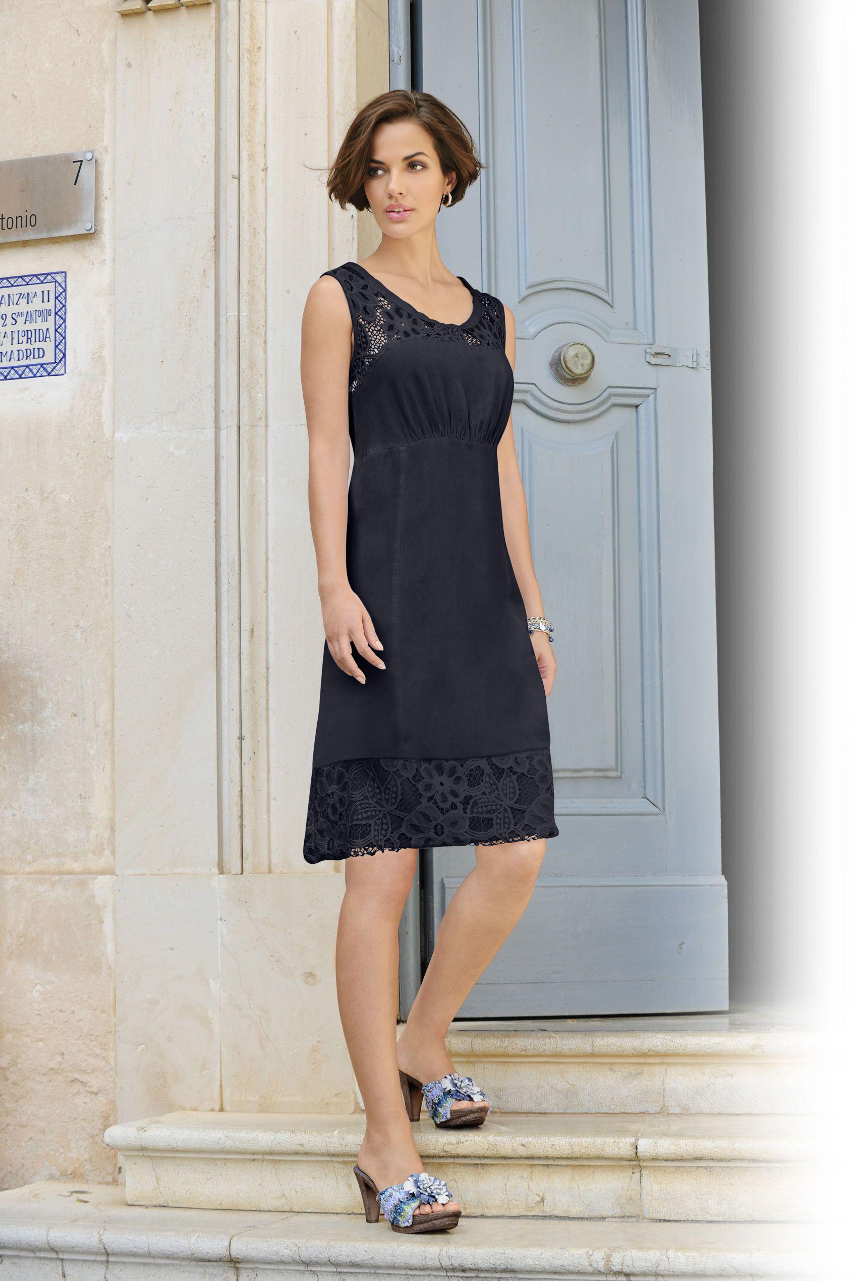 Blaues, knielanges Kleid mit Spitze in figurumspielender Form ...
