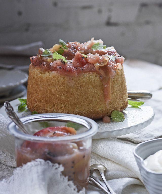 Mehevä omenakompottikakku syntyy helposti. Kakkupohjan päälle keitellään nopea, kardemummalla maustettu omenakompotti.