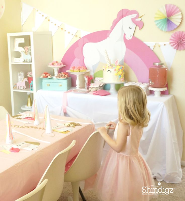A dreamy tablescape for your daughter's unicorn birthday party! Get all the magical details on @thecaterpiyears unicorn birthday party on our party ideas blog!