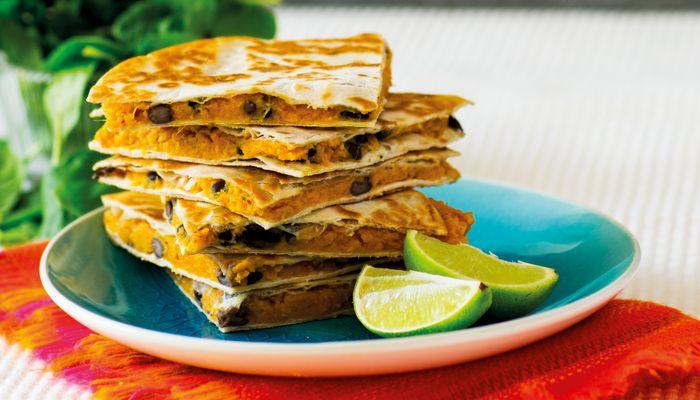 Vem behöver ost när man använder en underbart krämig sötpotatis, perfekt att lägga mellan två frasiga tortillabröd. En snabb tacofavorit du kommer att göra om och om igen.