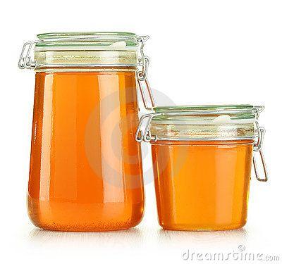 Gläser Honig getrennt auf Weiß