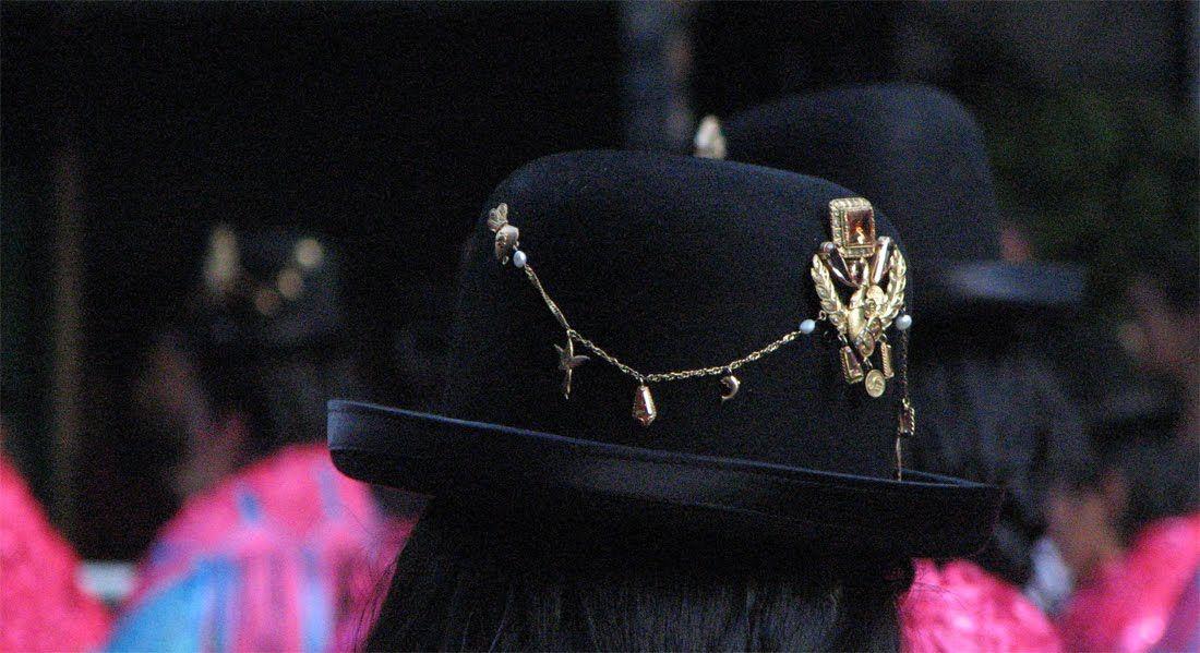 DESPIERTO: Tipo de sombrero inglés de copa no muy alta.