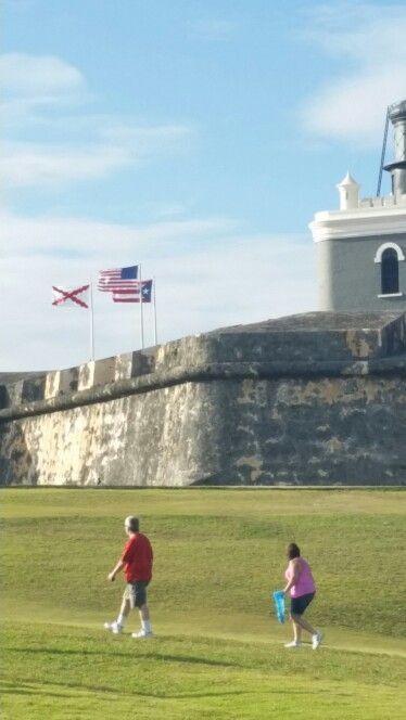 Banderas de P.R, E.U y Volvonia en el Morro. 5:02pm