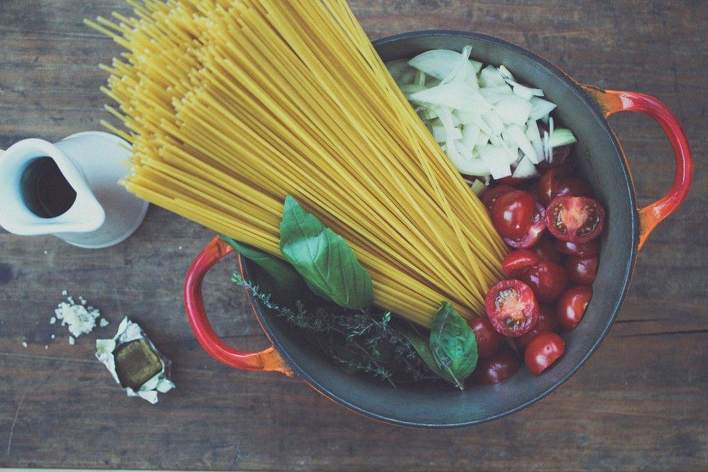 one-pan-pasta-tomate-oignon-ail-basilic-thym-laurier-huile-olive-bouillon-sel-spaghetti-recette-fait-tout-haut