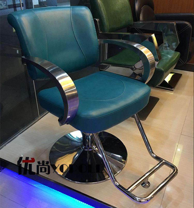 De nieuwe Europese haar salons gewijd kappers stoel. Haircut stoel. de kapper stoel. de stoel down
