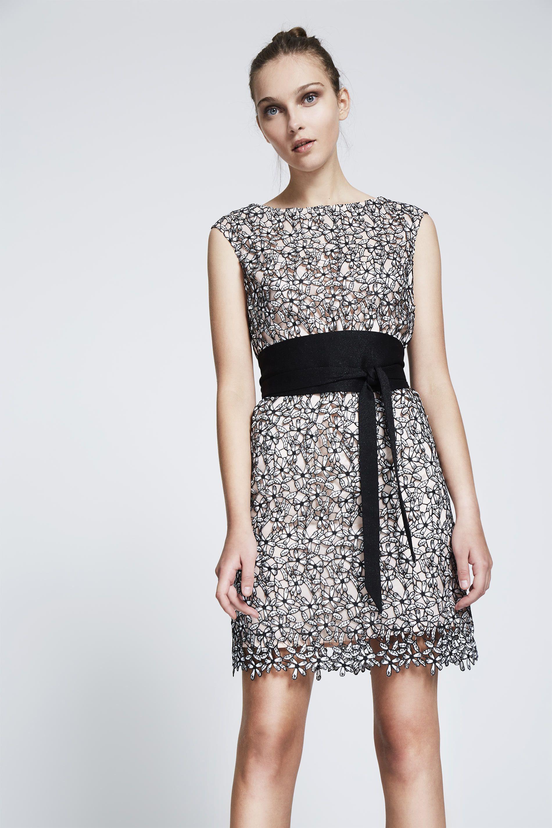 aa4decfd7 Vestido blanco y negro. recto. corto.en tejido de flores de guipur ...