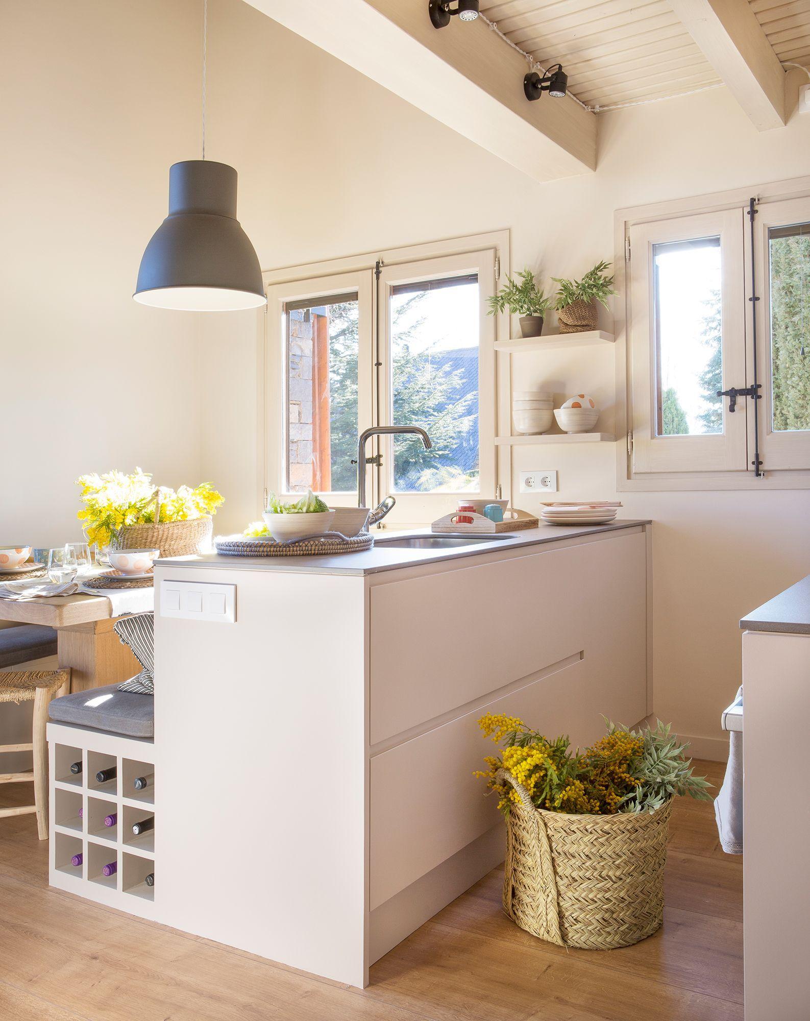 Vista de cocina pequeña organizada en paralelo con comedor contiguo ...