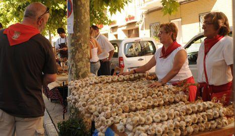 Un puesto de venta de ajos en Falces durante la Fiesta del Ajo :: Leer... http://navarrazonamedia.wordpress.com/2012/07/21/feria-del-ajo-en-falces/#