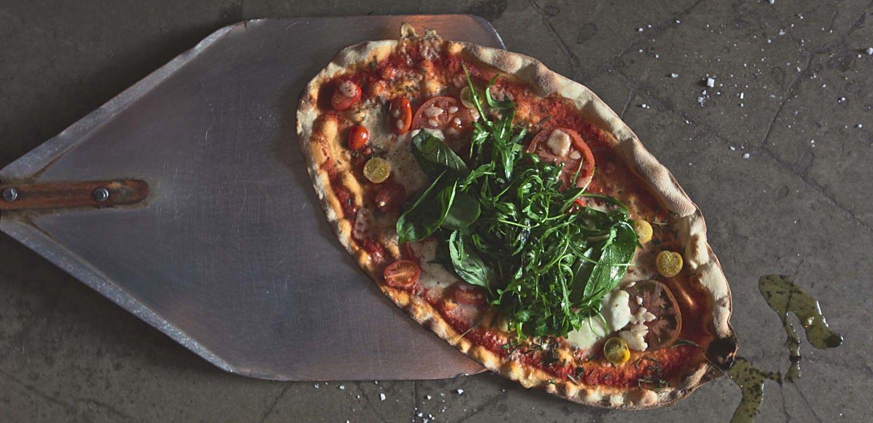 """SKIFFER - Stadin parasta pizzaa? """"liuskat ovat suuria ja rapeapohjaisia. Ihanat täytteet kaikkea muuta kuin tavanomaisia!"""" (Maku)"""
