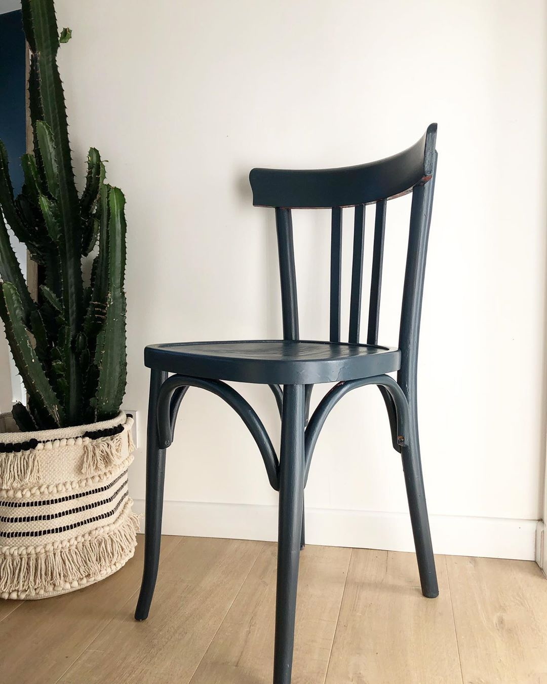 Chaise Bistrot Ancienne Peinte En Bleu Petrole Pour Un Aspect Plus Contemporain Upcycling Upcyclingfurniture Chaisev Dining Chairs Home Decor Decor
