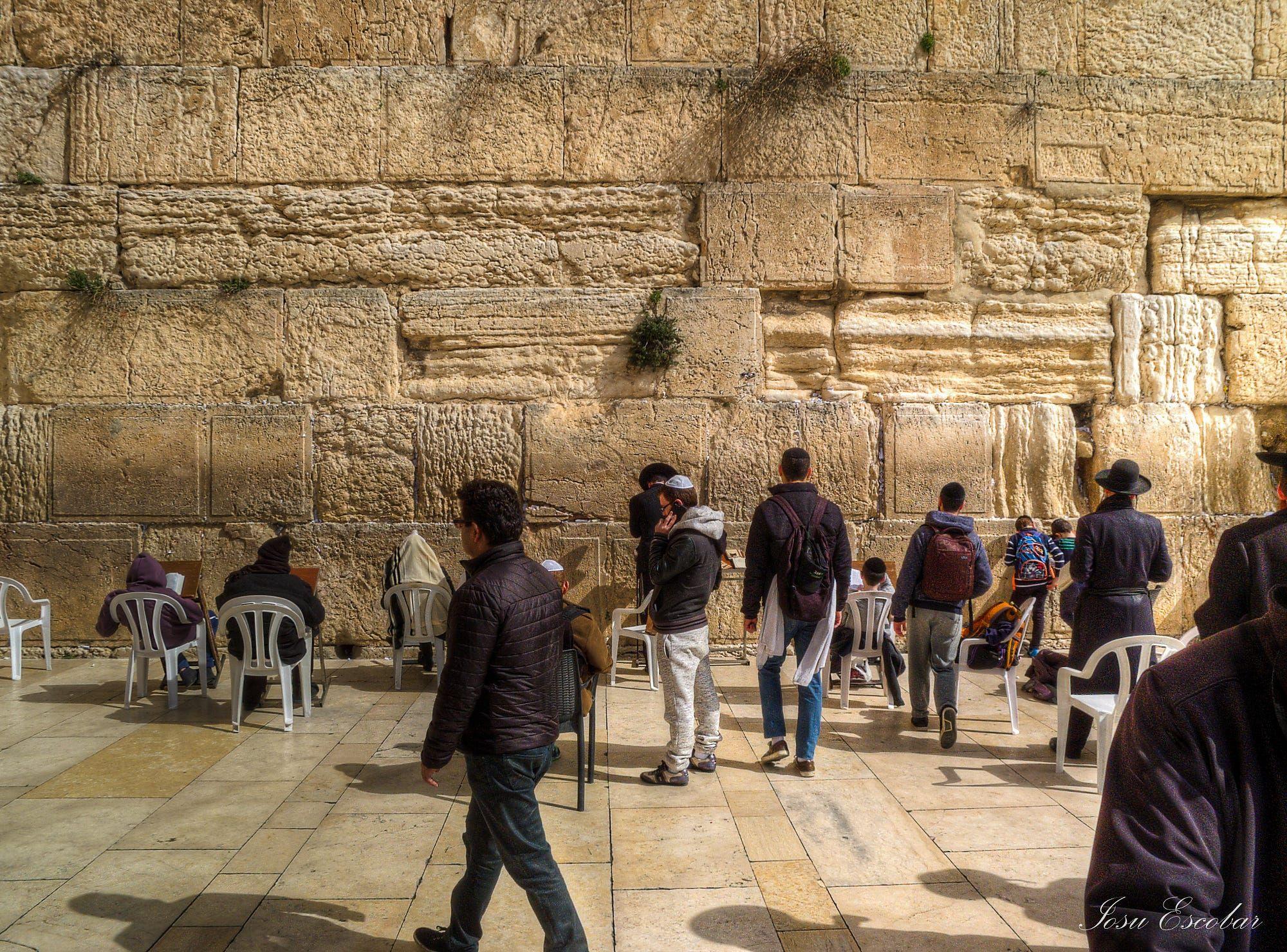 """El Muro de las Lamentaciones o Muro de los Lamentos (en hebreo, הַכֹּתֶל הַמַעֲרָבִי [Hakótel Hama'araví] (abreviado Kotel), en árabe: حائط البراق [Ḥā'iṭ al-Burāq], lit. «Muro de Buraq») es el lugar más sagrado del judaísmo, vestigio del Templo de Jerusalén. Su nombre en hebreo significa simplemente """"muro occidental"""". Data de finales del período del Segundo Templo y hasta hace poco se creía que fue construido cerca del 19 a. C. por Herodes el Grande. Según hallazgos en ex..."""