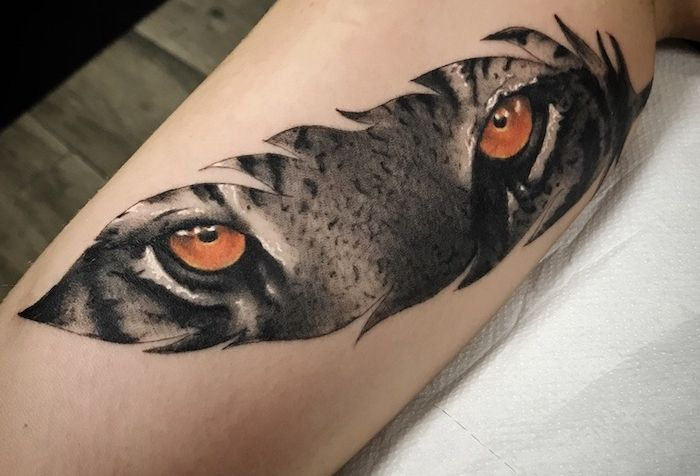 1001 significations et designs du tatouage plume impressionnant tattoo tiger eyes tattoo. Black Bedroom Furniture Sets. Home Design Ideas