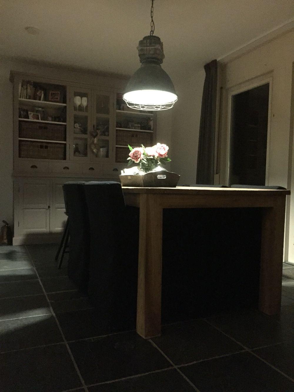 Voormalige keuken wordt eethoek met taupekleurige for Industriele lamp keuken