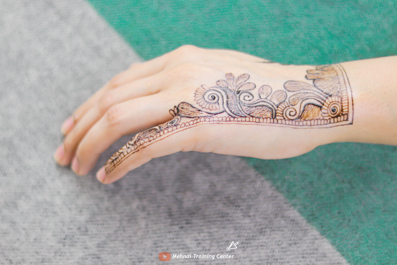 نقش الحناء باليد على الطريقة العربية تصميم الحناء للفتيات العربيات الجميلات على الطراز العربي Henna Fashion Accessories Insta Fashion