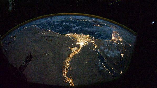 Luzes brilhantes do Cairo e de Alexandria, Egito, na costa mediterrânica. A Península do Sinai, à direita, é descrita com luzes destacando o Golfo de Suez e o Golfo de Aqaba