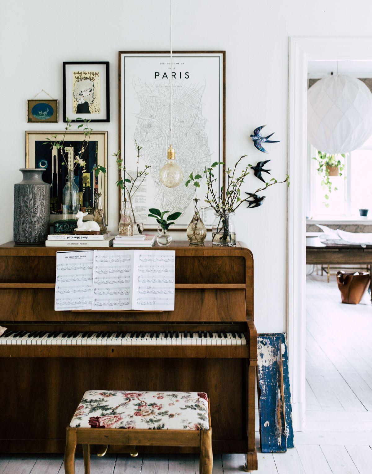 Bilder und Deko sorgen für eine aufgelockerte Atmosphäre | Piano ...