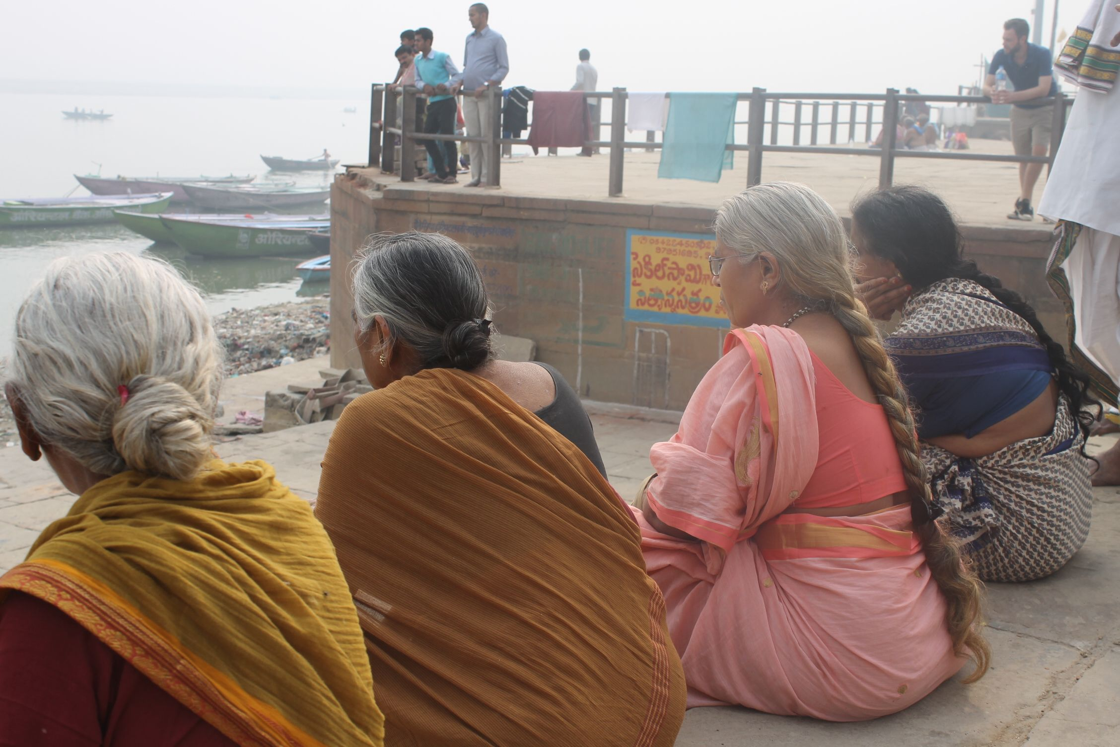 Mujeres indias sentadas en uno de los Ghats