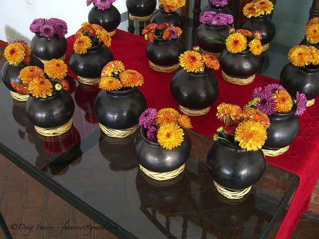Cantaro de barro negro con gerberas de distintos colores - Como decorar macetas de barro ...