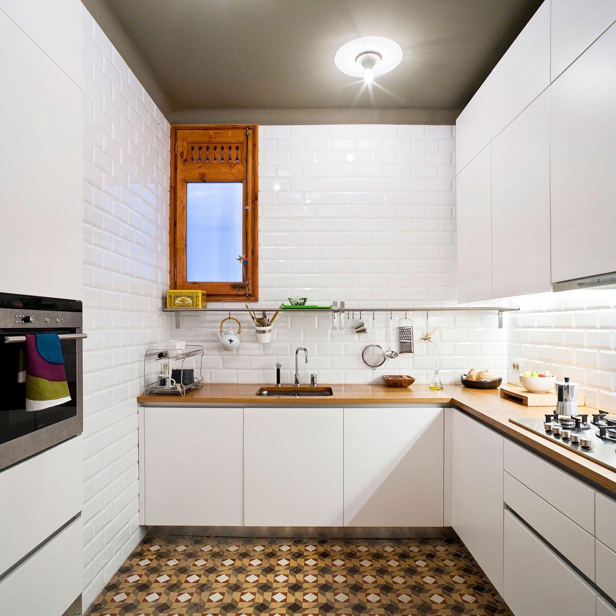 Piso reformado en Barcelona | kitchens | Cocinas, Cocinas azulejos ...