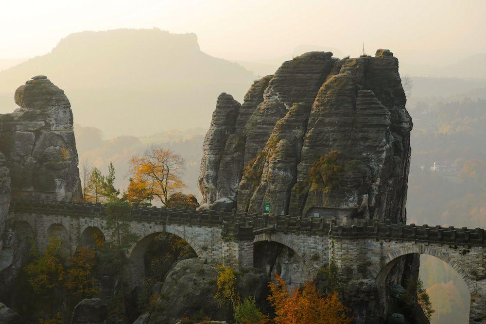 Blick im herbstlichen Licht auf die Bastelbrücke, Elbsandsteingebirge.