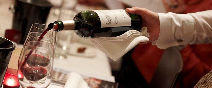 Το σωστό σερβίρισμα του κρασιού αρχίζει από την επιλογή του ποτηριού, γεμίζουμε το ποτήρι στα δυο τρίτα, το επόμενο βήμα είναι η ιδανική θερμοκρασία στην οποία πρέπει να σερβίρουμε ένα κρασί. Αν κατά τη διάρκεια του γεύματος έχουμε σκοπό να σερβίρουμε περισσότερα από ένα κρασιά, τότε θα πρέπει τα λευκά κρασιά να σερβιριστούν πριν από τα ερυθρά, τα ξηρά πριν από τα γλυκά, και τα νεαρά και φρέσκα πριν από τα κρασιά παλαίωσης...