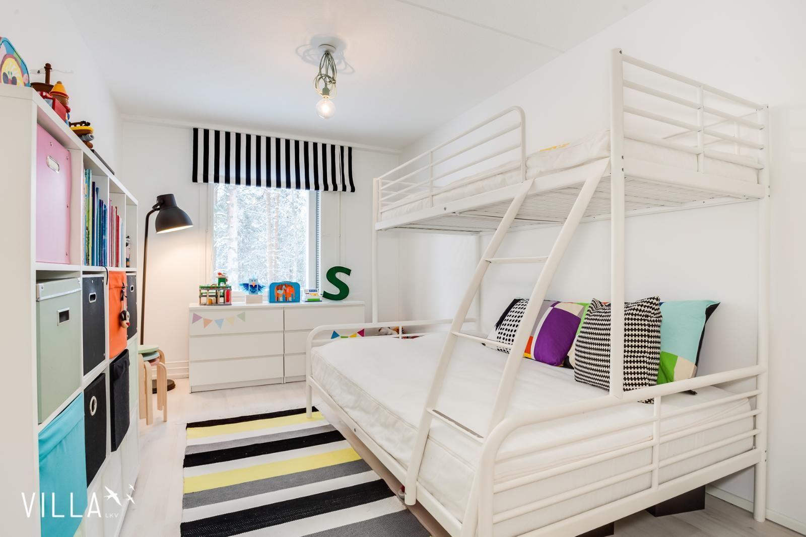 Lastenhuoneen raikas tunnelma on luotu selkeälinjaisilla huonekaluilla ja värikkäillä, graafisilla tekstiileillä. Klikkaa kuvaa, niin näet tarkemmat tiedot!