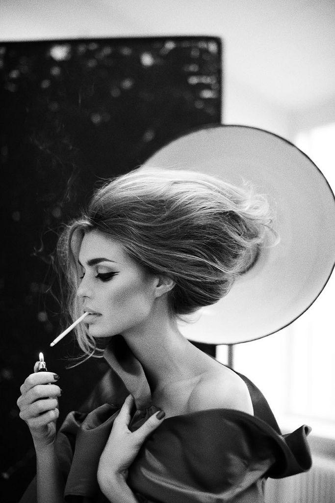 Красивая женщина с сигаретой секс видео