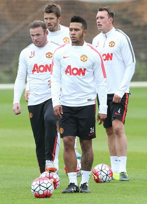 Michael Carrick, Phil Jones, Wayne Rooney and Memphis Depay listening to the coaches in training
