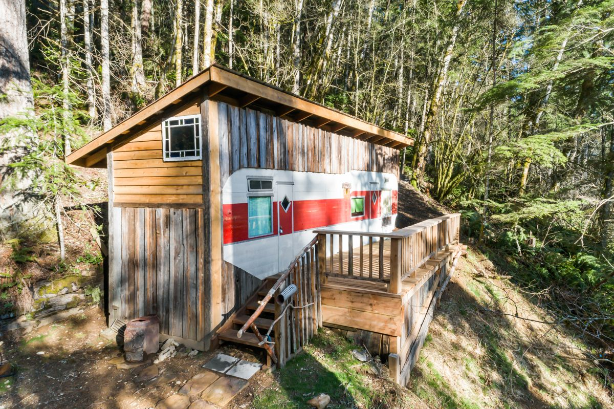 Repurposed Trailer Becomes Charming Tiny Cabin Just 135k Tiny Cabin Cabin Tiny Cabins