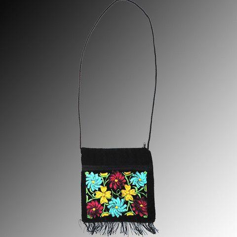 ddc55e3ee23 Bolsa tipo mariconera de terciopelo negro con bordados florales típicos del  Istmo en amarillo