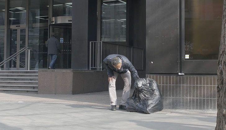 """""""Left Out"""" es el proyecto artístico que Maxwell Rushton lleva a cabo en Londres para generar conciencia sobre las personas en situación de calle.  ¿Qué haría usted si encuentra una figura envuelta en una bolsa de basura encorvado en la calle?, es la pregunta que impulsa el proyecto de este artista británico que observa las reacciones de los transeúntes frente a sus obras.  Left out """"explora lo que sucede cuando el público se enfrenta a una experiencia inesperada en las calles de Londres…"""