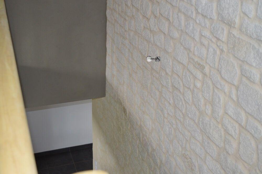 Descente D'Escalier En Fausse Pierre Blanche Et Enduit Taupe (Terre