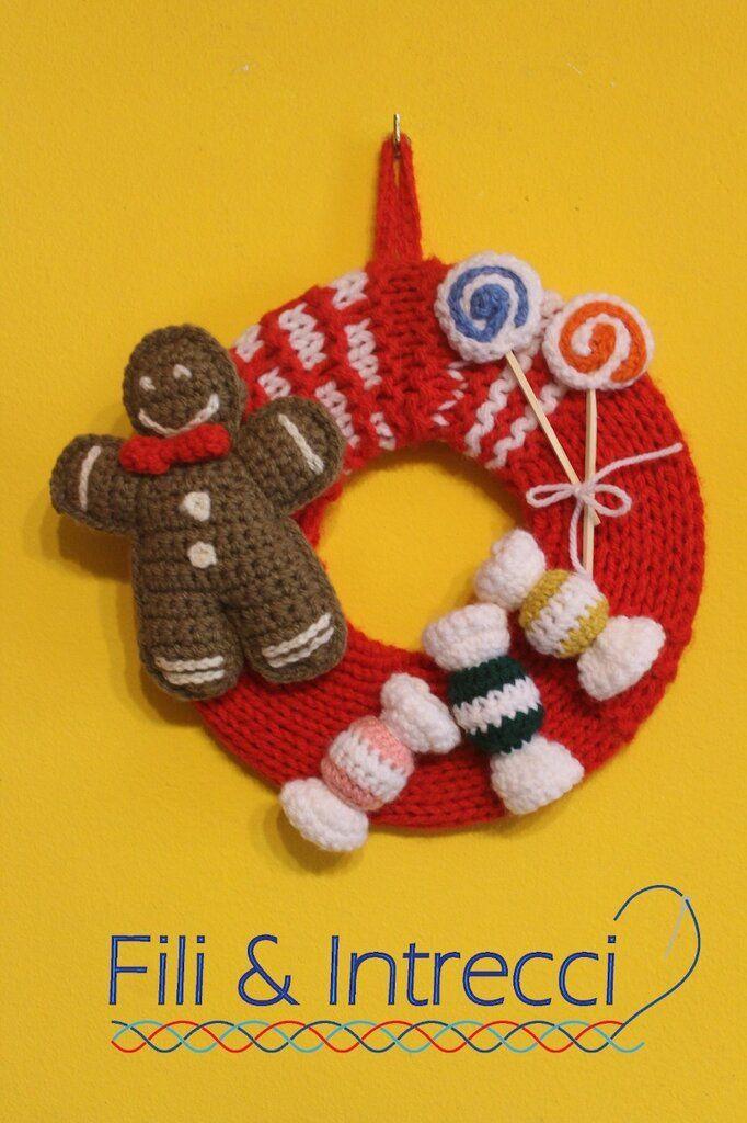 Photo of Ghirlanda natalizia fatta a mano con decorazioni di dolci all & # 39; uncinetto