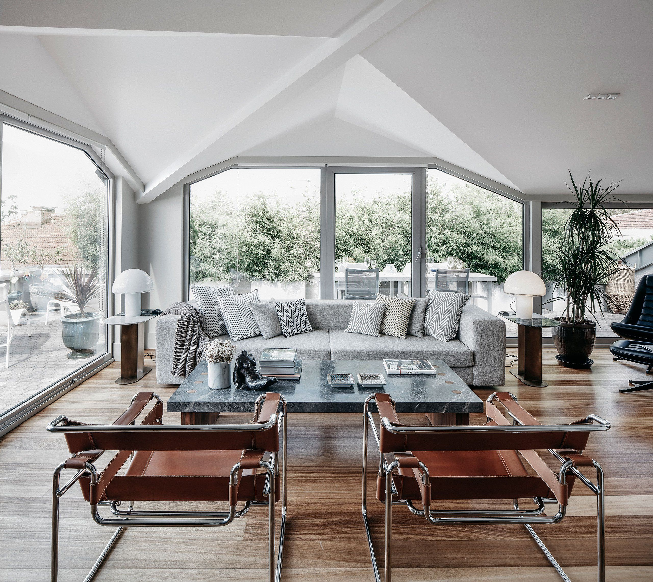 15 Peaceful Asian Living Room Interiors Designed For Comfort: Modernist Mix: Khalkedon Penthouse In Istanbul By Studio