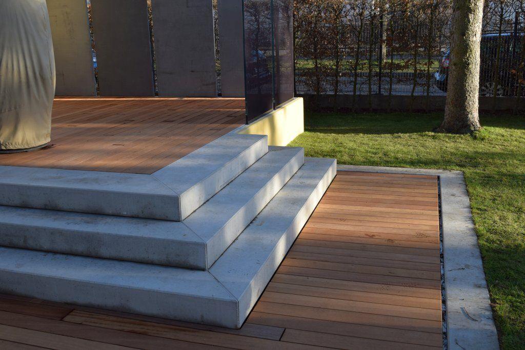 Holzterrasse mit Sichtschutzelementen von Knumox Garten - renovierung der holzterrasse