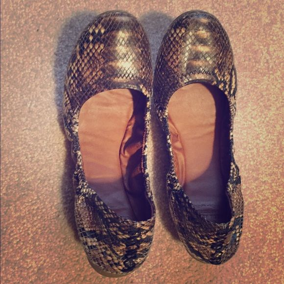 Lucky Brand Emmie Flats In good condition.  Right shoe has minor scuffing on toe area as seen in photo. Lucky Brand Shoes Flats & Loafers